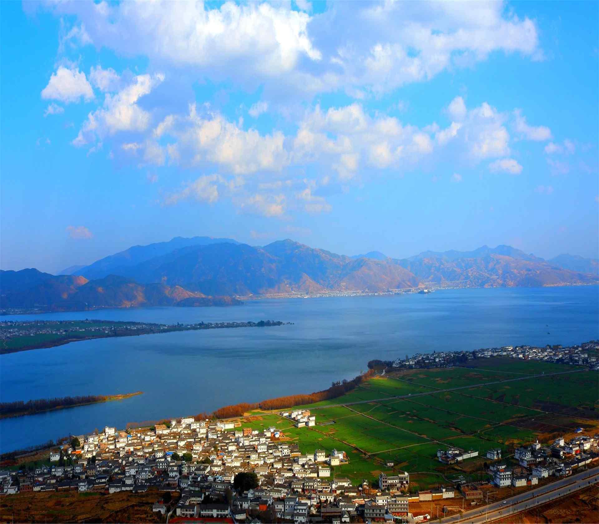 俯视蓝天大海边城市美丽风貌桌面壁纸
