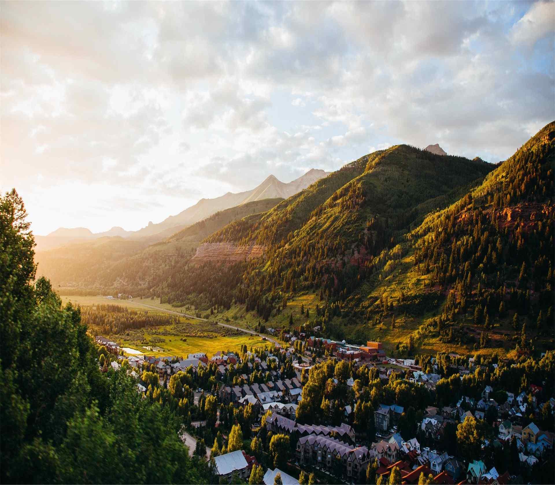 俯瞰阳光下的山谷城镇高清桌面壁纸