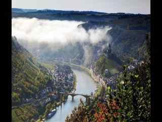 河流峡谷俯瞰城市