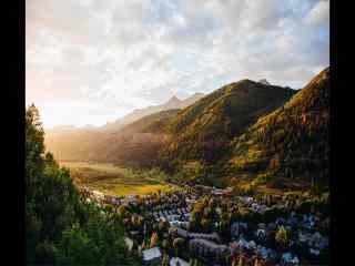 俯瞰阳光下的山谷