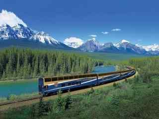 火车穿越雪山丛林唯美桌面壁纸