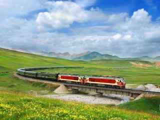 红色火车穿越广袤的原野图片桌面壁纸