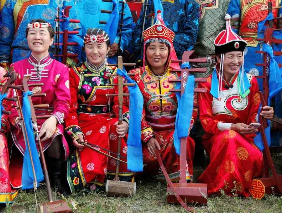 笑容灿烂的蒙古族人高清电脑桌面壁纸