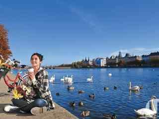 丹麦河边蔡卓妍享受午后阳光桌面壁纸