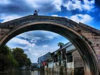 文艺的南浔古镇之站在桥上拍天空的女孩壁纸