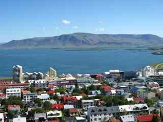 冰岛首都雷克雅未克蓝天白云城市风光桌面壁纸