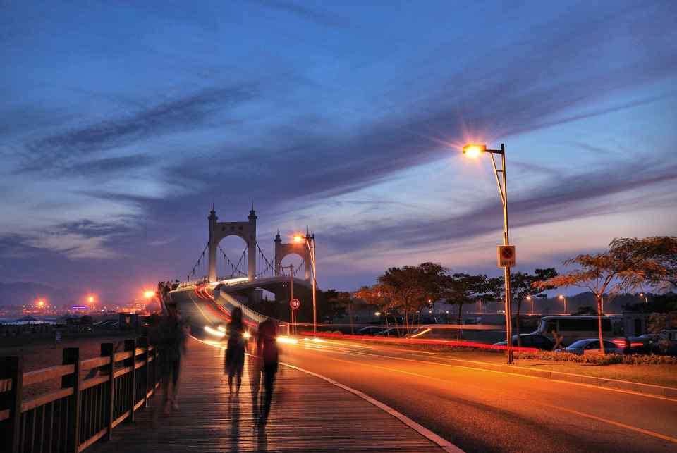 大桥上的灯光夜景大连城市风景桌面壁纸