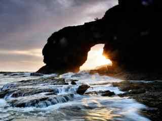 大连海边唯美的礁石日出桌面壁纸