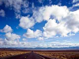 蓝天白云下的美国66号公路桌面壁纸