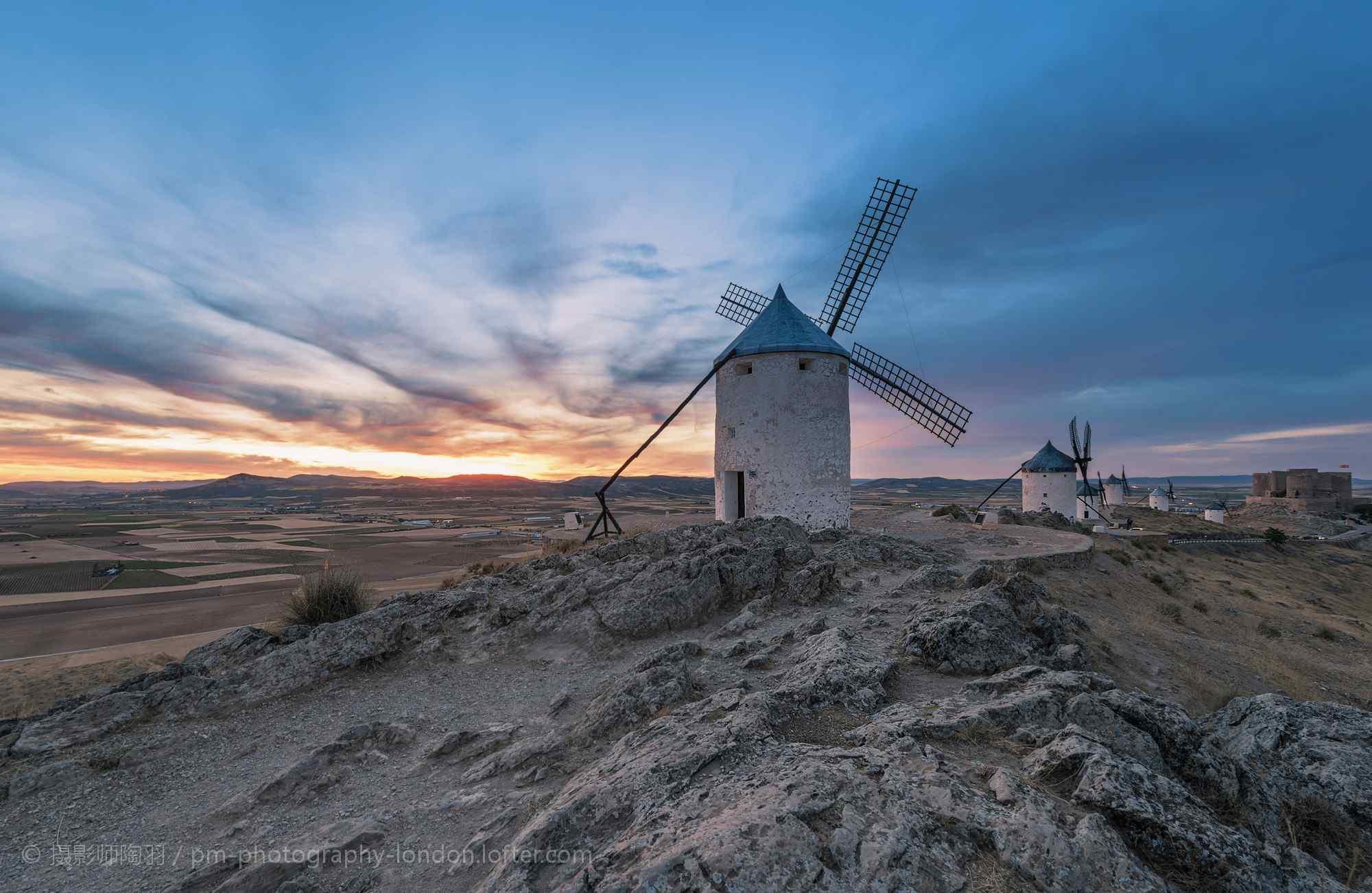 西班牙风车村夕阳下的风车桌面壁纸