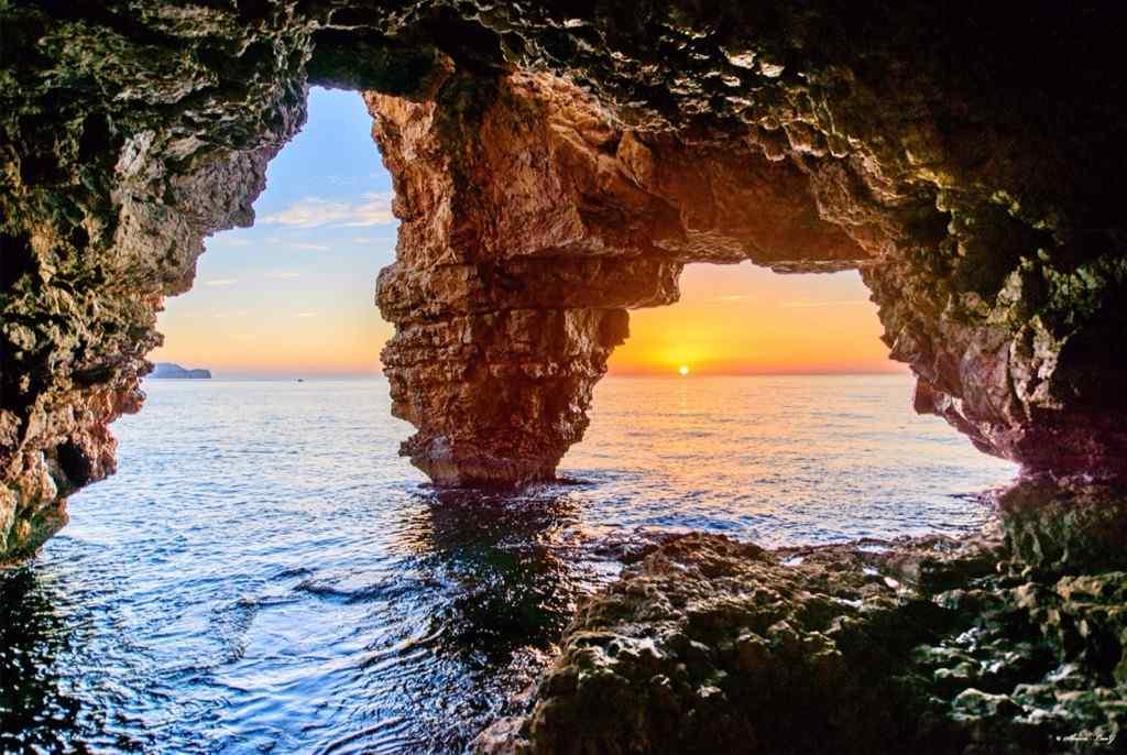西班牙海岩洞的日出桌面壁纸