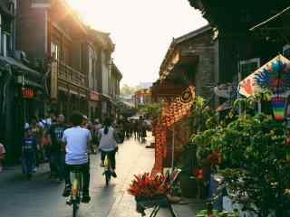 北京后海清晨繁华的胡同桌面壁纸