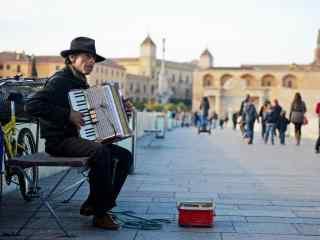 西班牙科尔多瓦清晨街头艺人拉手风琴桌面壁纸