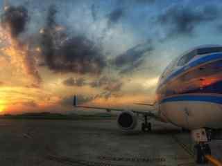 夕阳下壮美的飞机桌面壁纸