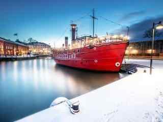 芬兰唯美雪景华灯初上的冰上游轮桌面壁纸