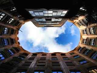 西班牙房屋中心抬头看到的天空桌面壁纸