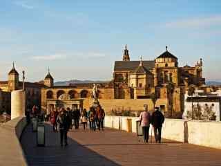 西班牙科尔多瓦熙攘的街头桌面壁纸