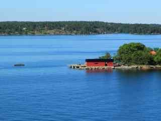 清新澄澈的芬兰湾湖泊森林风景桌面壁纸