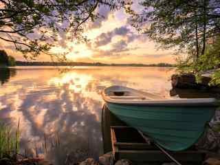 芬兰湖边唯美的火烧云桌面壁纸