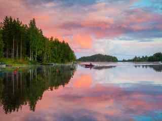 美丽如画的芬兰湖边晚霞桌面壁纸