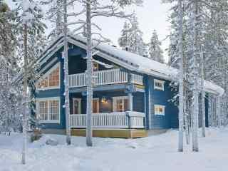 芬兰林中小屋浪漫雪景桌面壁纸