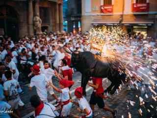 西班牙潘普洛纳的奔牛节狂欢桌面壁纸