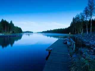 清晨澄澈的湖边风光芬兰自然风景桌壁纸