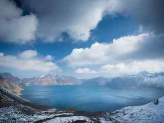 长白山天池的蓝天白云风景图片桌面壁纸