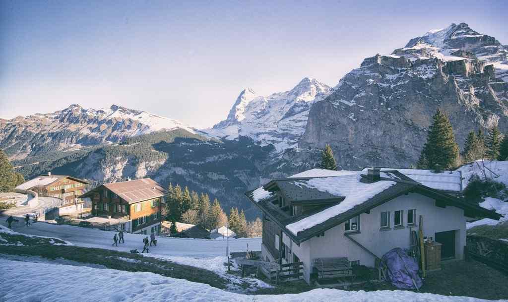 瑞士雪山小屋桌面壁纸