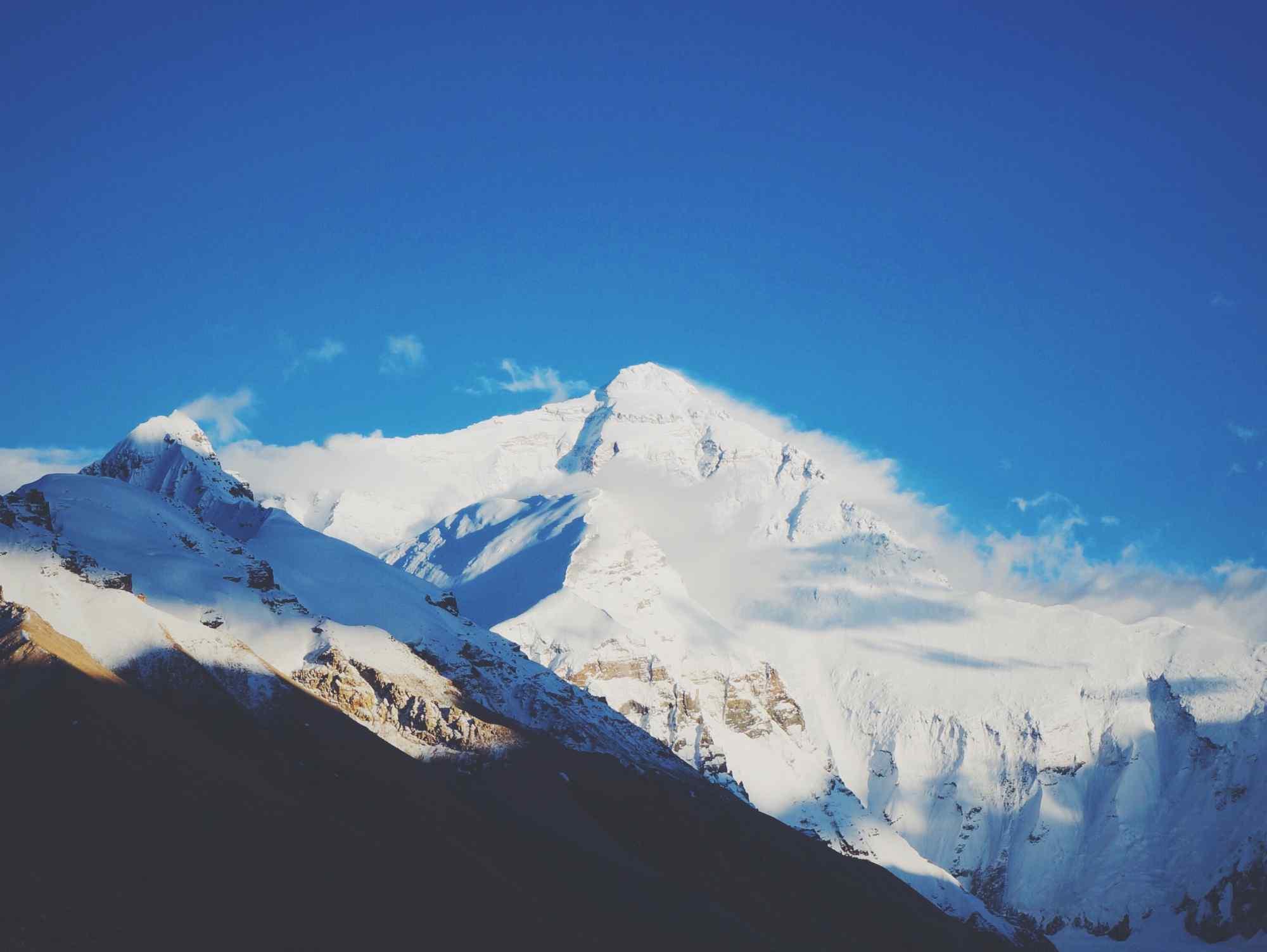 珠穆朗玛峰山顶白云桌面壁纸