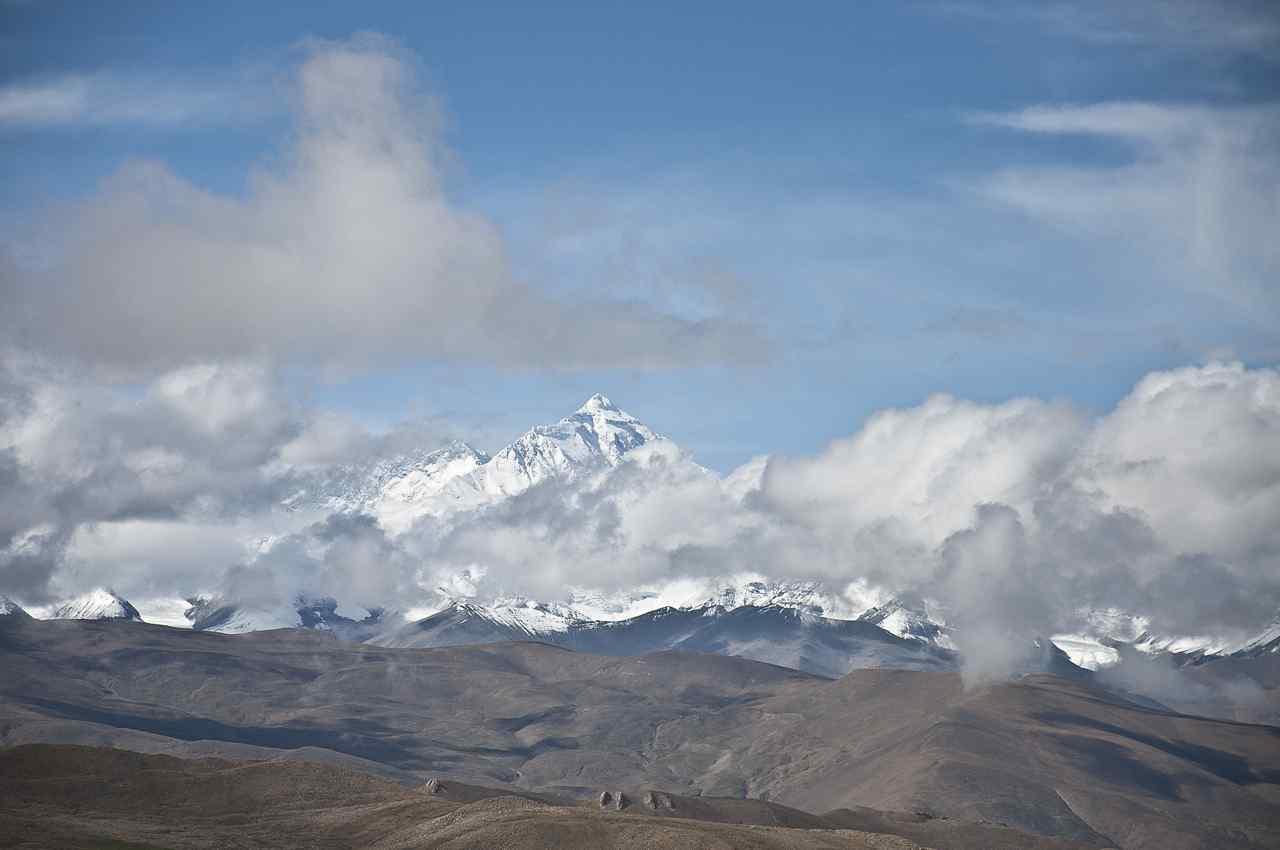 云间的珠穆朗玛峰图片壁纸下载