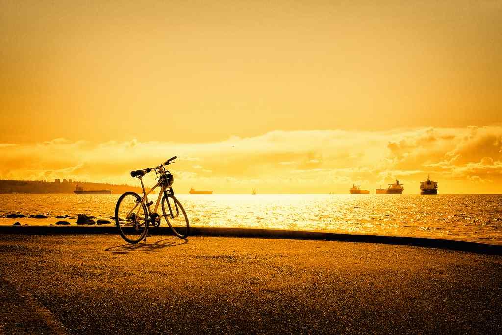 海边夕阳下的自行车桌面壁纸