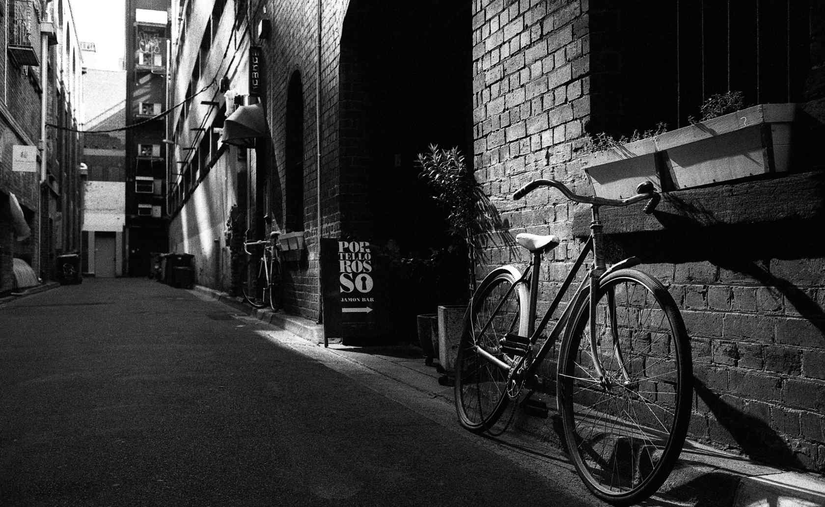 黑白简约单车摄影图片壁纸