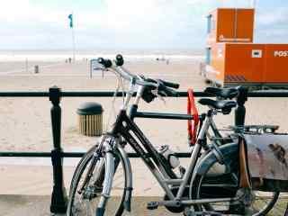 清新的海边单车桌