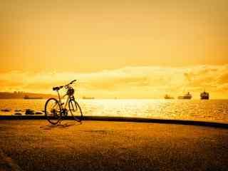 海边夕阳下的自行