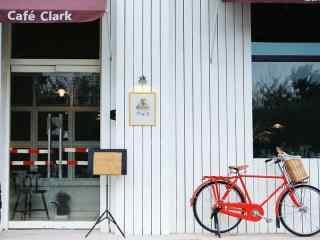 咖啡馆前的红色单车桌面壁纸