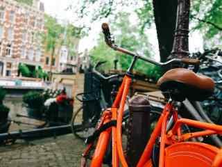 河畔的红色单车清