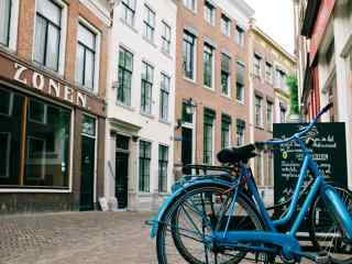 街边的蓝色单车桌