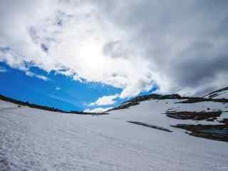 山顶的美丽雪景桌面壁纸