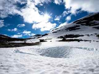壮阔的山顶雪景桌面壁纸