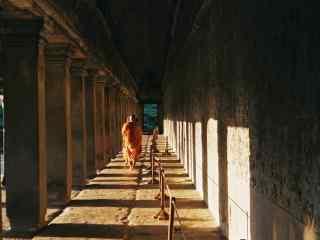吴哥窟夕阳下走廊上的僧人桌面壁纸