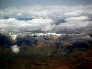 俯瞰云海中的天山风景图片桌面壁纸
