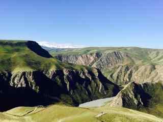 蓝天下的天山山脉风景图片壁纸电脑桌面