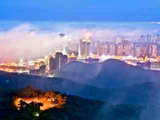 云雾笼罩的城市风景桌面壁纸