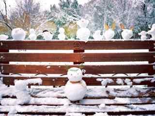 公园长椅上的可爱小雪人桌面壁纸