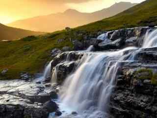 美丽的黄昏瀑布风