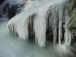 冬日瀑布结冰风景图片桌面壁纸