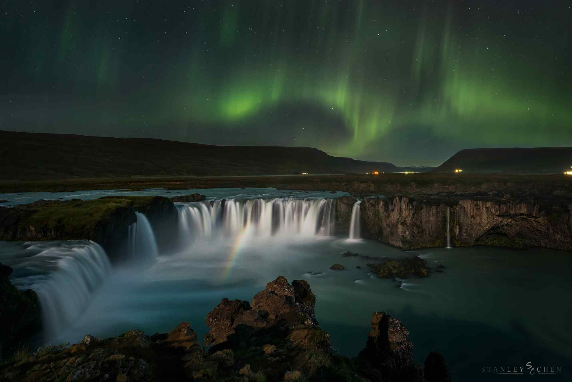 唯美梦幻的冰岛极光瀑布图片