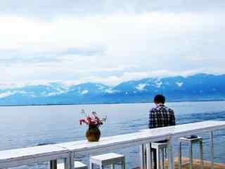 大理洱海简约游客美拍风景图片桌面壁纸