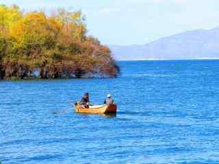 大理洱海渔民出船高清图片桌面壁纸